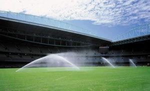 Автоматический полив для футбольного поля в действии