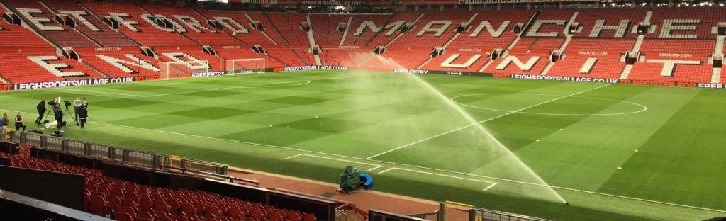 Полив фтубольного поля на стадионе Old Trafford